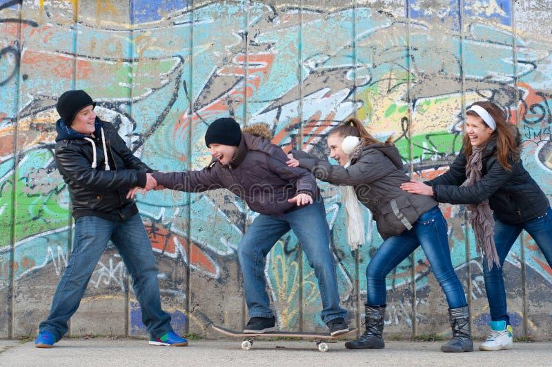 获得的男孩和的女孩在街道的乐趣 免版税库存照片