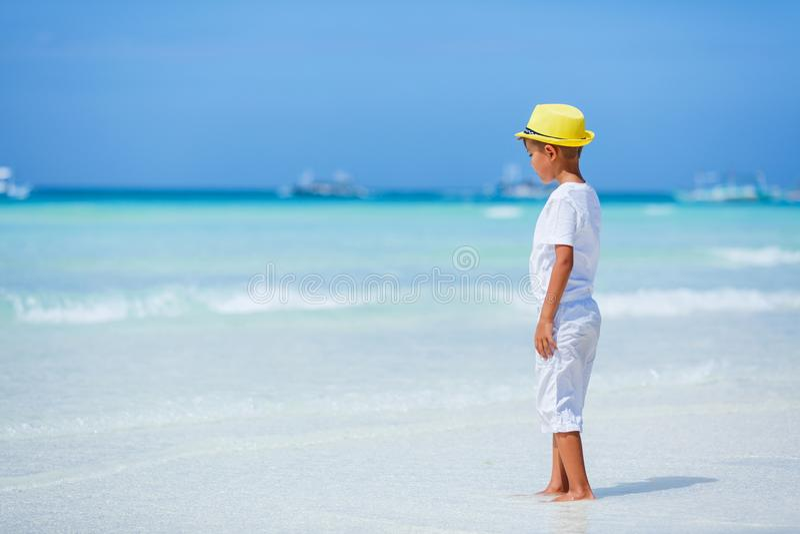 获得的男孩在热带海洋海滩的乐趣 孩子在家庭海假期时 免版税库存照片