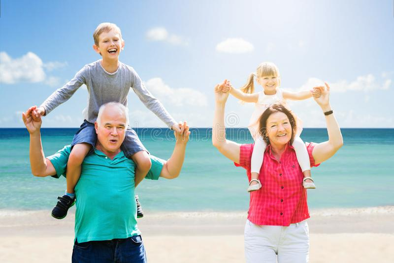 获得的祖父母与他们的孙的乐趣 库存照片