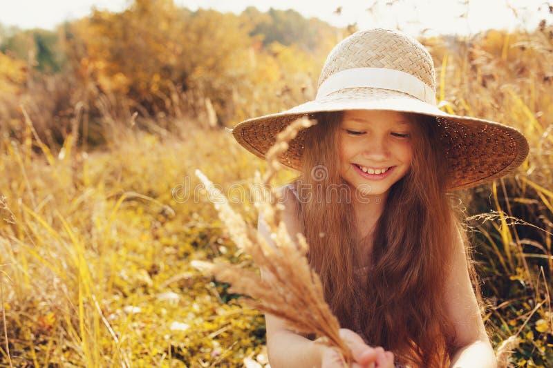 Download 获得的秸杆的愉快的孩子女孩乐趣室外在夏天晴朗的领域 库存图片. 图片 包括有 子项, 逗人喜爱, 孩子, 女孩 - 62533275