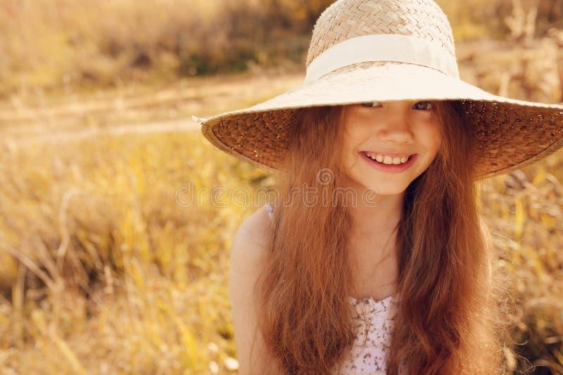 Download 获得的秸杆的愉快的孩子女孩乐趣室外在夏天晴朗的领域 库存照片. 图片 包括有 头发, 女儿, 童年, 国家(地区) - 62533430