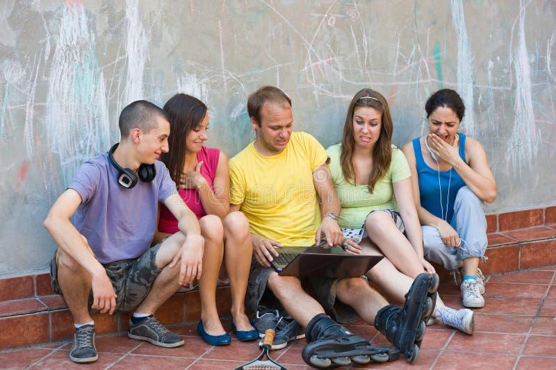 获得组的青年人乐趣 库存图片