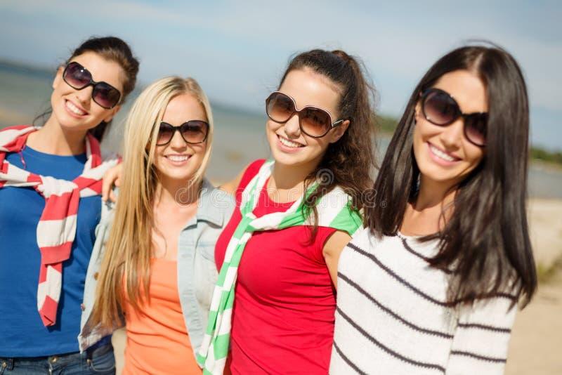 获得美丽的十几岁的女孩在海滩的乐趣 免版税图库摄影