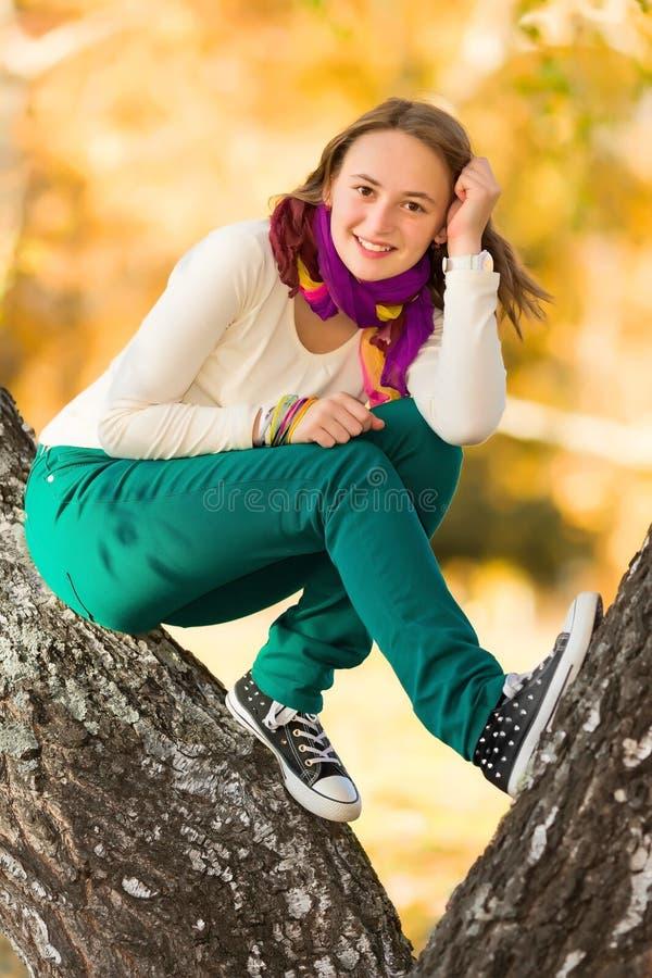 获得美丽的青少年的女孩乐趣户外 免版税库存照片