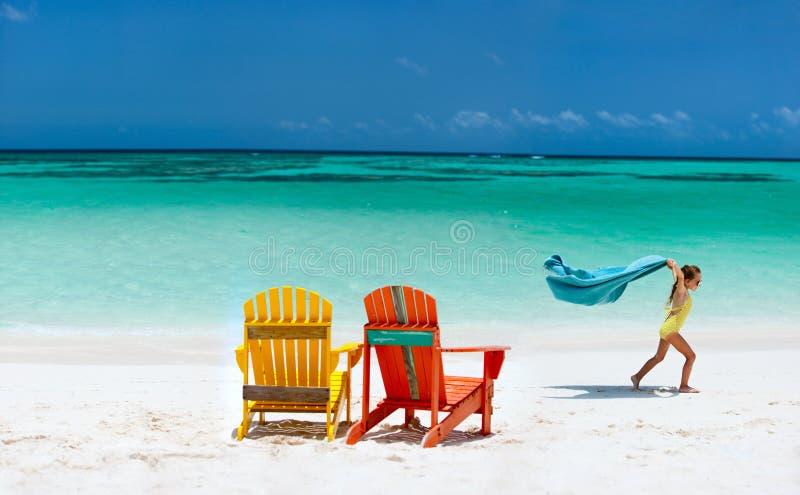 获得逗人喜爱的小女孩乐趣海滩假期 库存图片