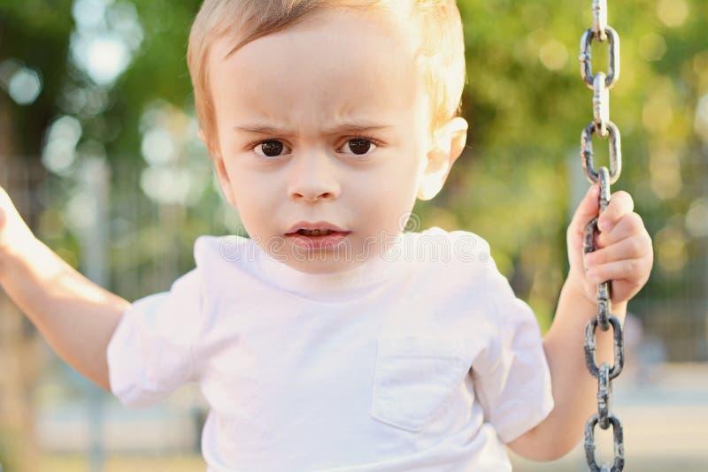 获得逗人喜爱的男婴在摇摆的乐趣 库存照片