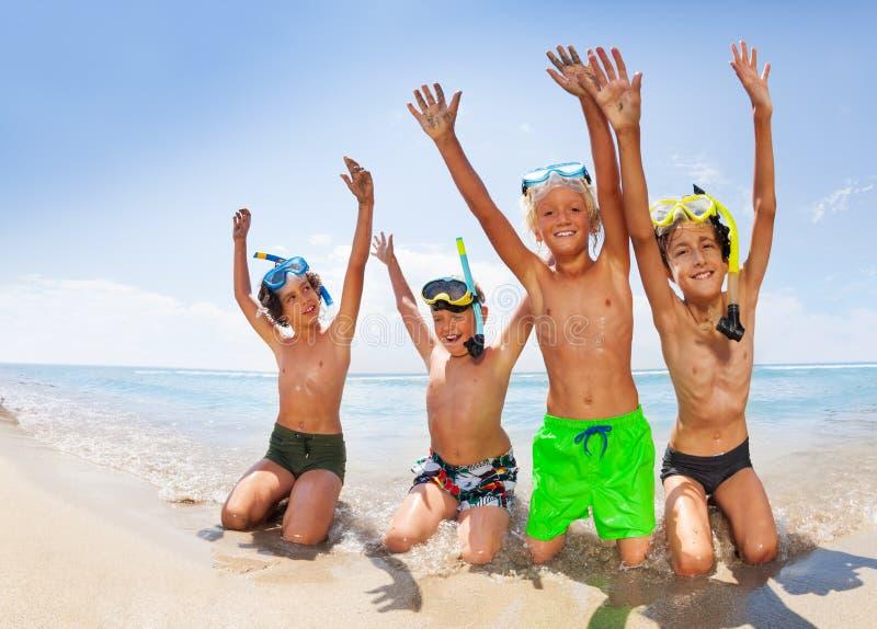获得逗人喜爱的男孩在海海滩的乐趣 免版税库存照片
