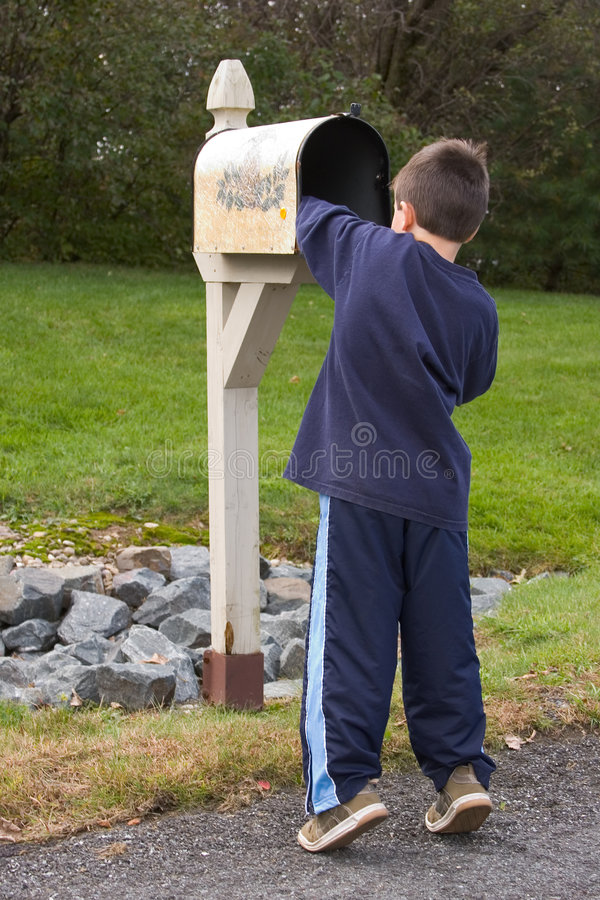 获得邮件的男孩 免版税库存照片
