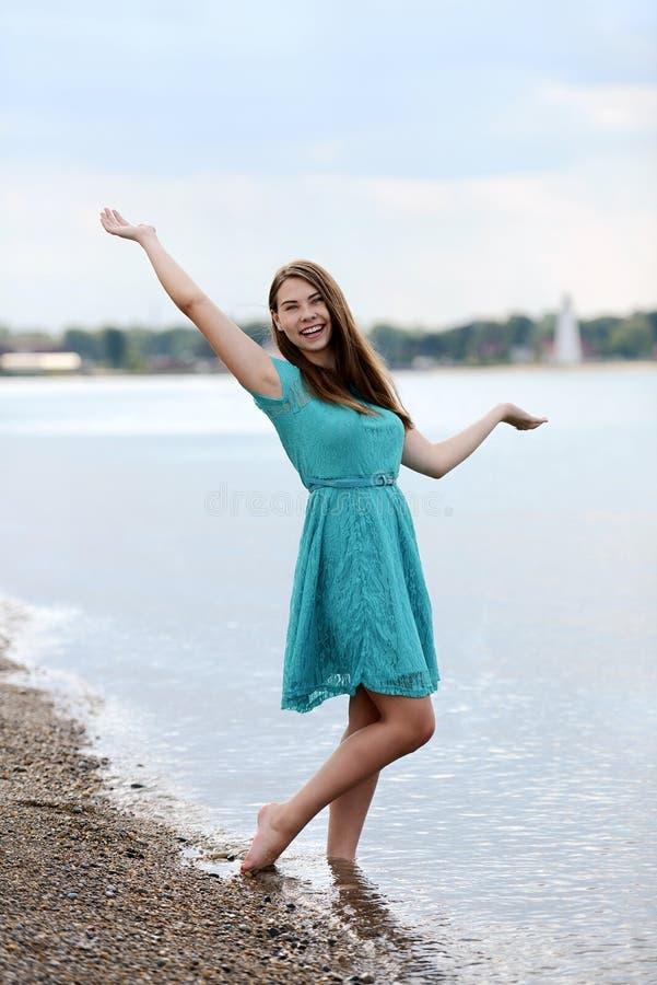 获得青少年的女孩在海滩的乐趣 免版税库存图片