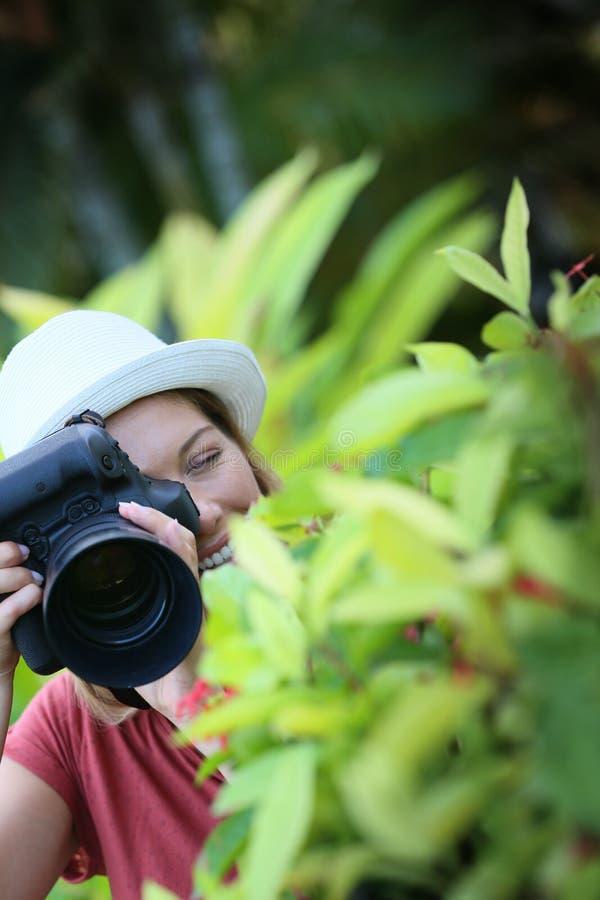 获得风景的摄影师乐趣 免版税库存照片