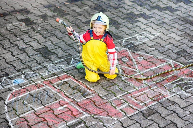 获得滑稽的小男孩与消防车图片图画的乐趣与 免版税库存照片