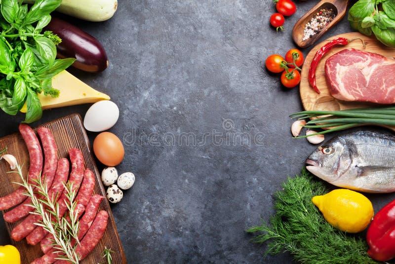 菜、鱼、肉和成份烹调 免版税图库摄影