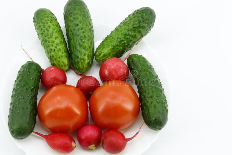 菜三品种在一块白色圆的板材的 免版税库存照片