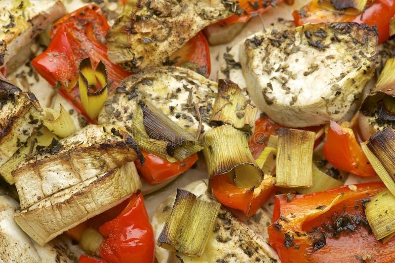 菜与茄子、红色甜椒、韭葱、蓬蒿和橄榄油混合烘烤在烤箱 库存图片