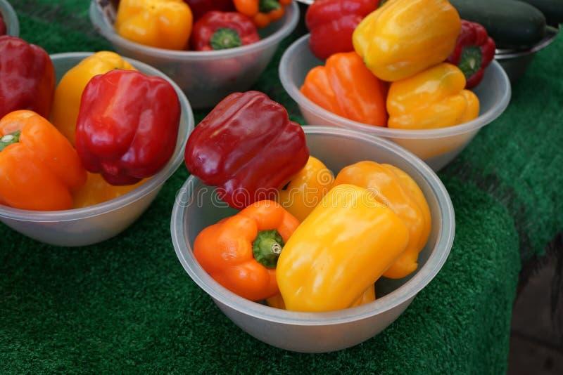 菜义卖市场色的胡椒篮子 免版税库存照片