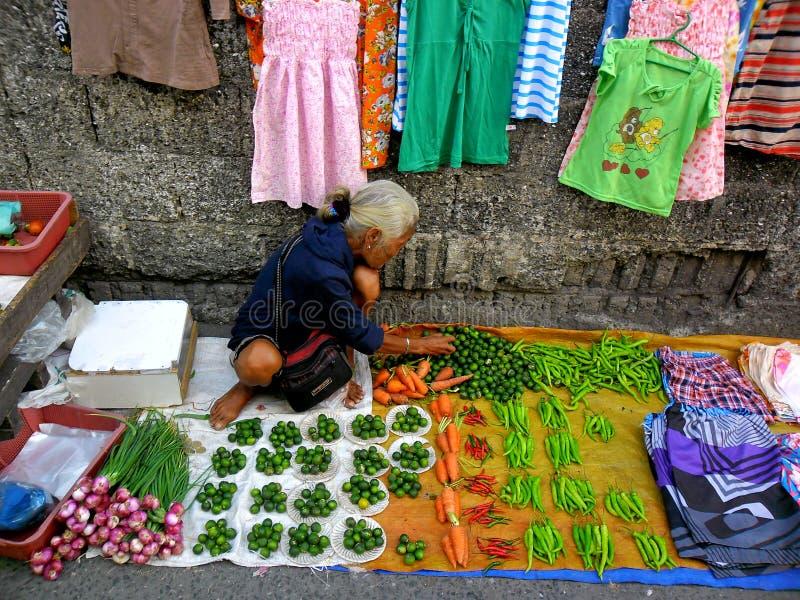 菜供营商在一个市场上在Cainta,里扎尔,菲律宾,亚洲 免版税库存照片