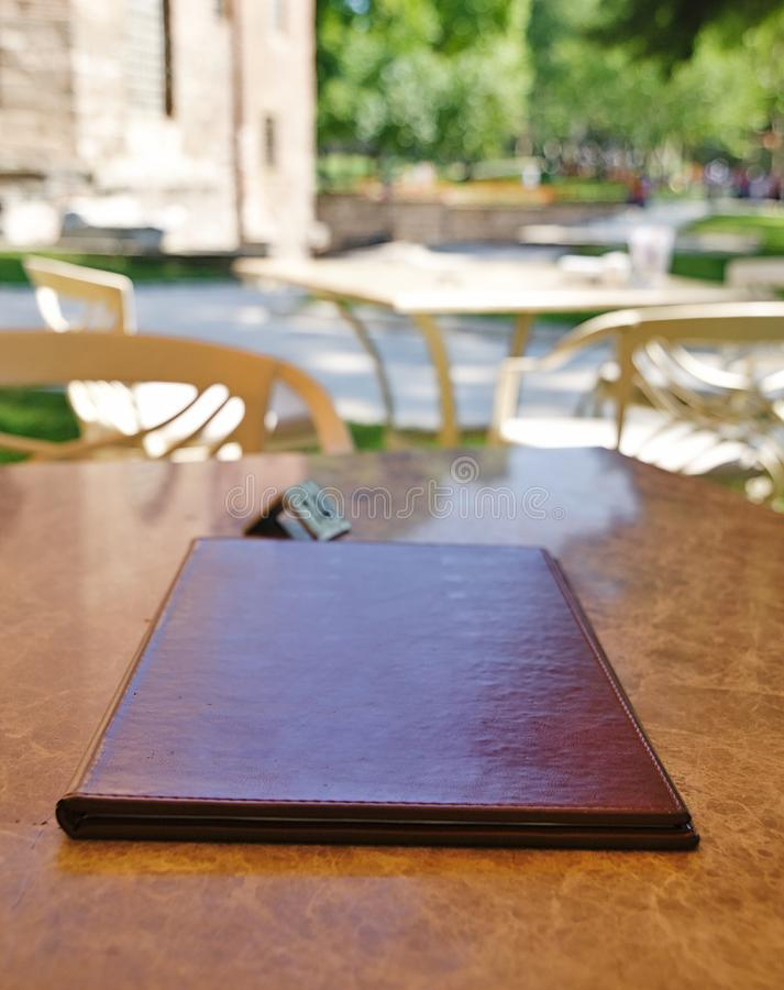 菜单编目关闭在餐馆桌上 免版税库存照片