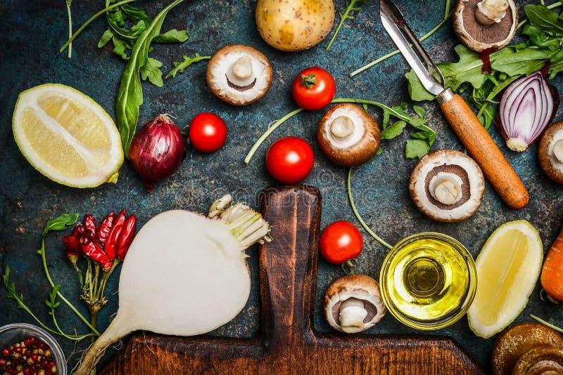 菜和成份烹调在土气背景,顶视图的健康的 免版税库存照片