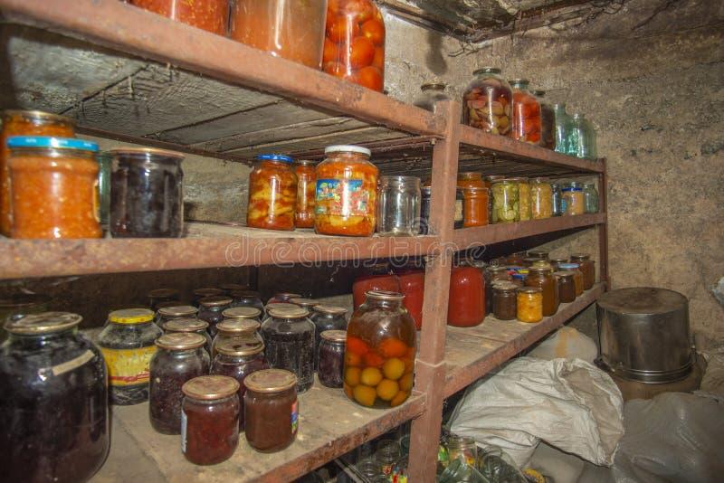 菜和果子在地下室用食物,长期存贮的 免版税库存照片