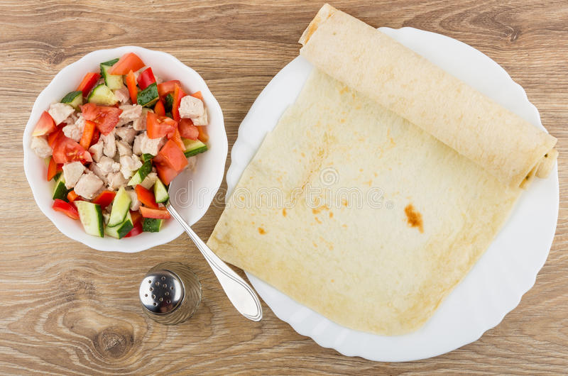 菜和煮沸的鸡肉的混合在碗 免版税库存照片