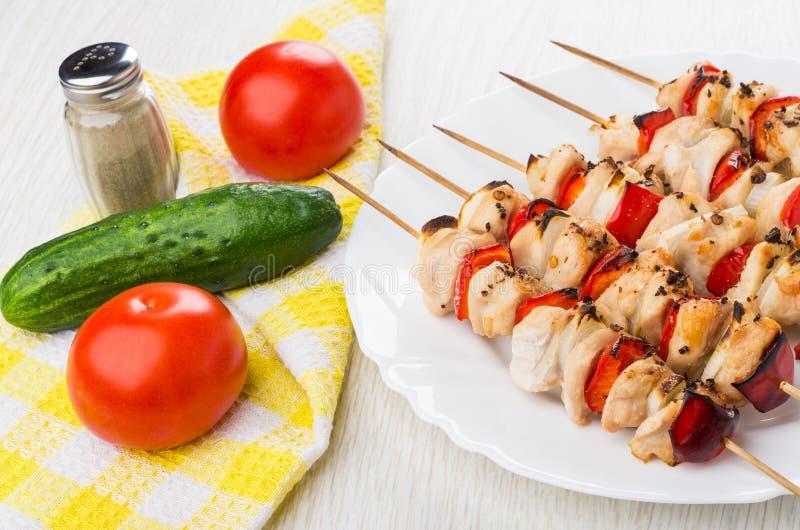 菜和胡椒在餐巾,烤鸡shashlik在dis 库存照片