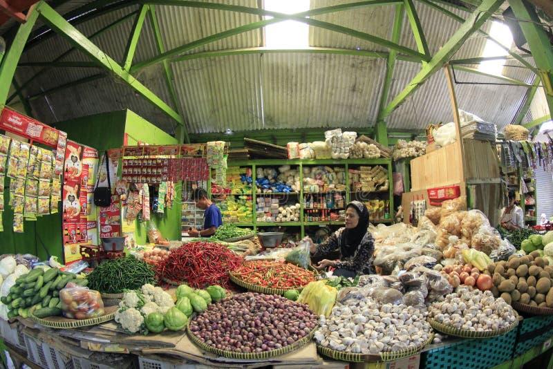 菜和草本在传统市场上 库存图片