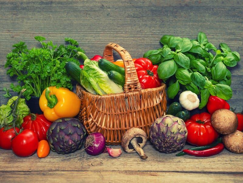 菜和草本在木背景 原始的食品成分 免版税库存图片