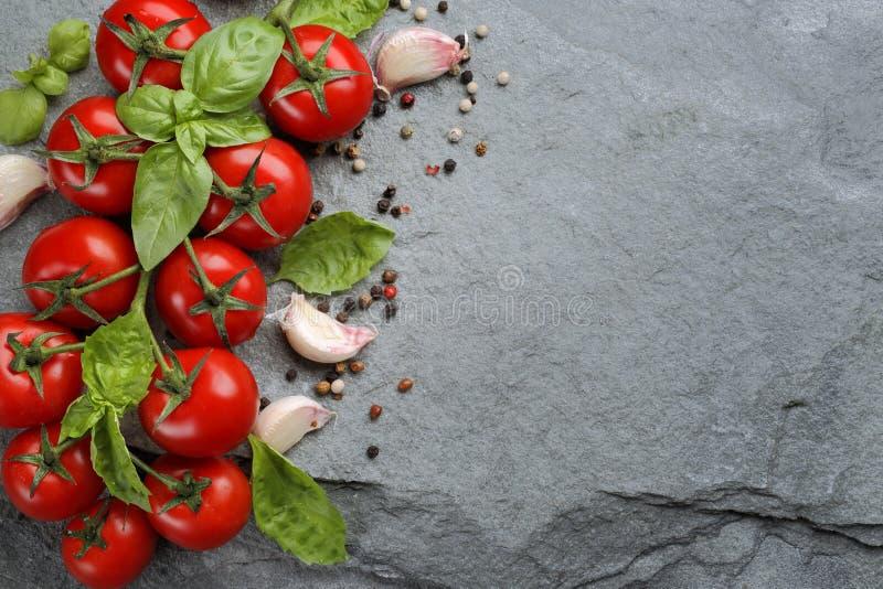 菜和草本香料在石头 库存图片