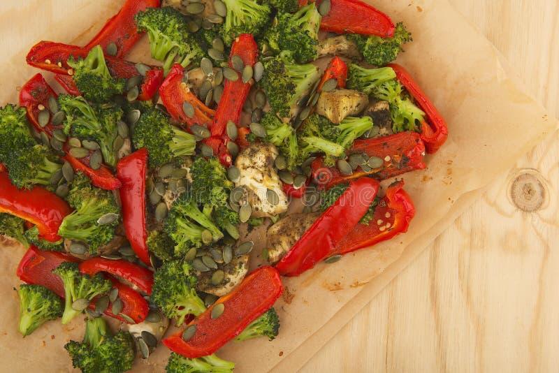 菜在纸的烤箱混合烘烤在木桌上 免版税库存图片