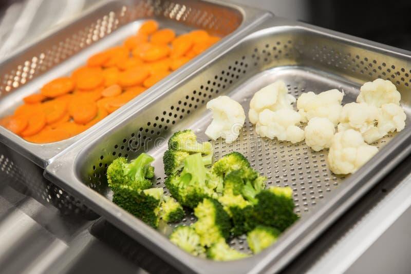 菜在蒸烹调了,红萝卜,硬花甘蓝,花椰菜 免版税库存图片