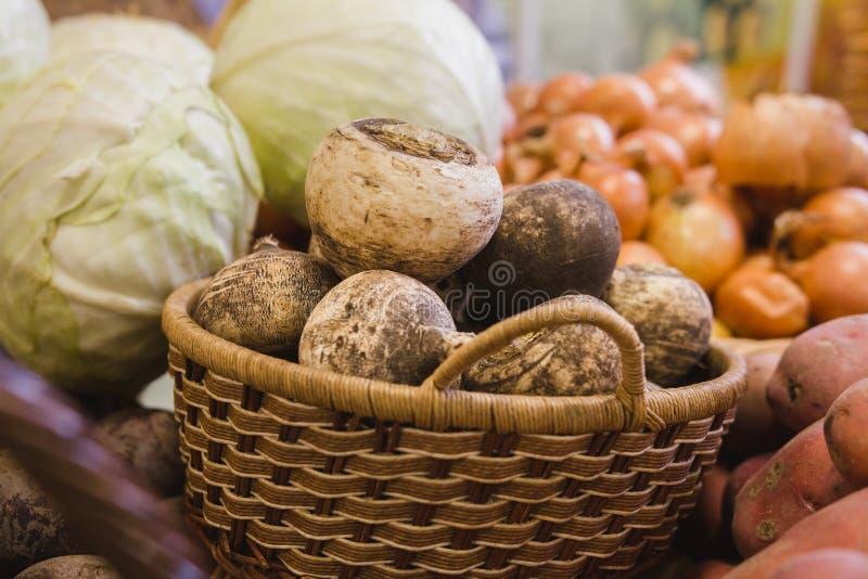 菜在超级市场-白萝卜、葱和圆白菜在杂货店 库存照片