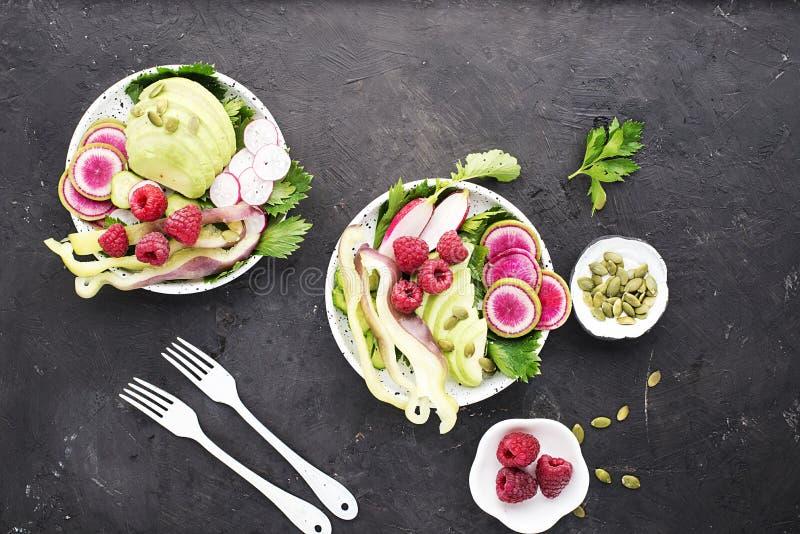 菜夏天果子戒毒所碗 食物健康素食主义者 沙拉,莴苣离开,鲕梨,莓,黄瓜 免版税库存照片
