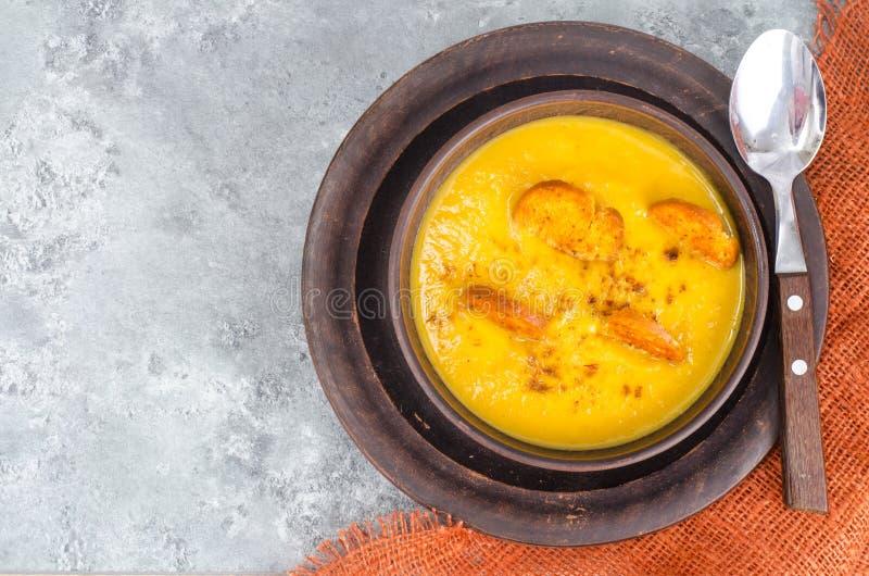 菜奶油色汤用油煎方型小面包片 免版税图库摄影