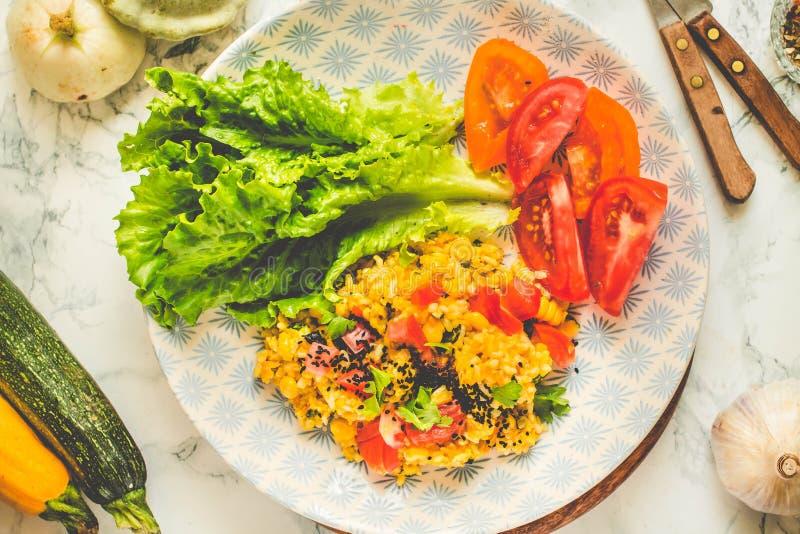 菜意大利煨饭用黑芝麻、蕃茄和绿色 r 免版税库存照片
