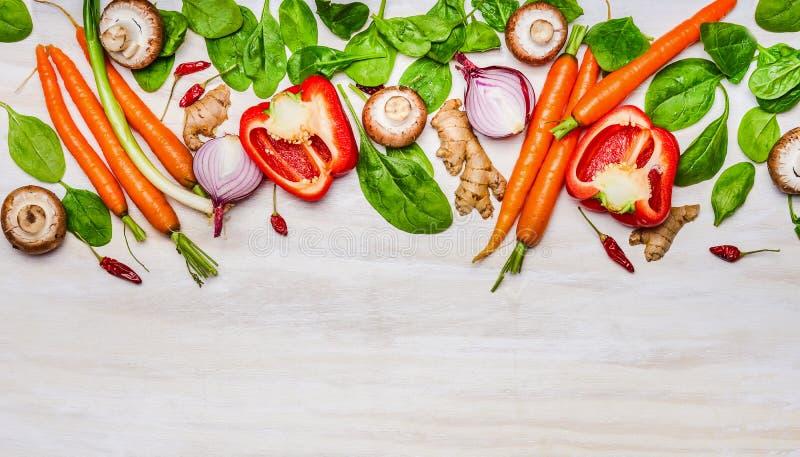 菜成份品种健康吃和烹调的在白色木背景,顶视图 免版税库存照片