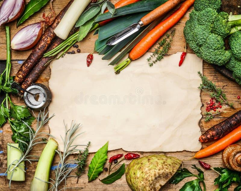 菜成份品种烹调在空白的纸片的汤或汤的在土气木背景,顶视图的附近 图库摄影