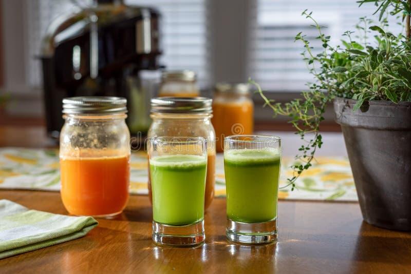 菜桌上新鲜有机生芹菜汁 库存照片
