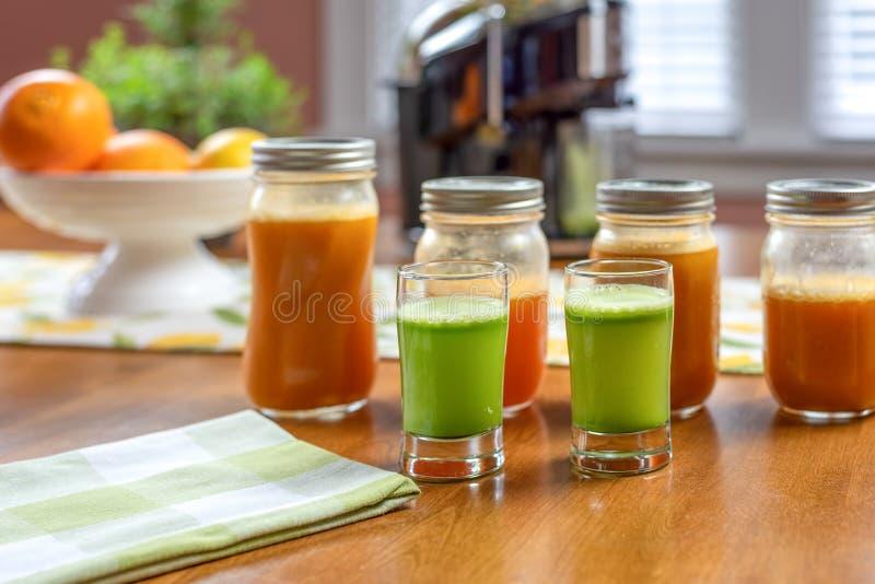 菜桌上的鲜芹菜汁 库存图片