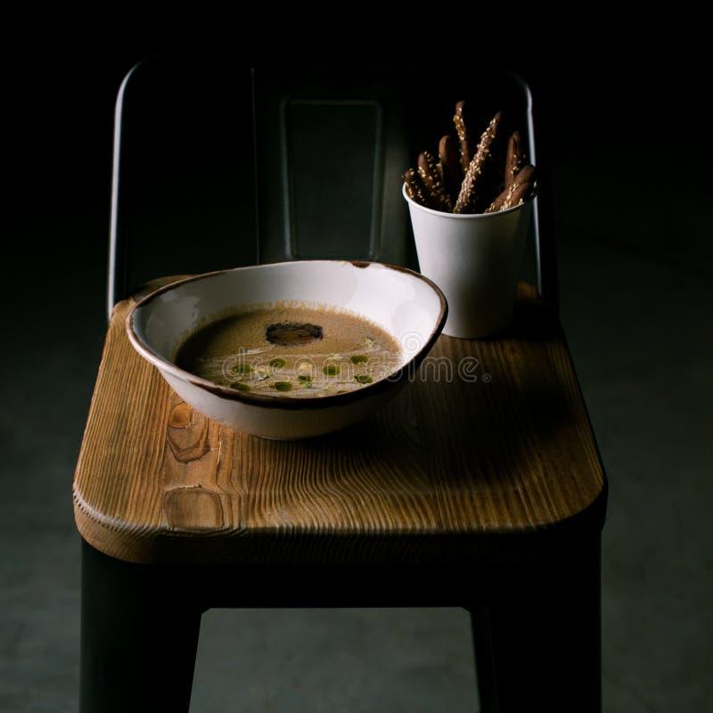 菜汤用青纹干酪和面包棒 免版税库存照片