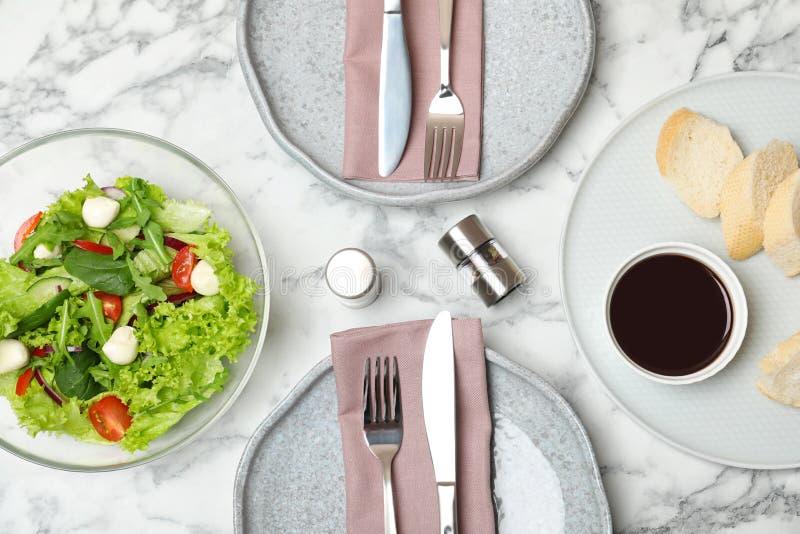 菜沙拉和香醋在大理石桌上服务 免版税库存照片