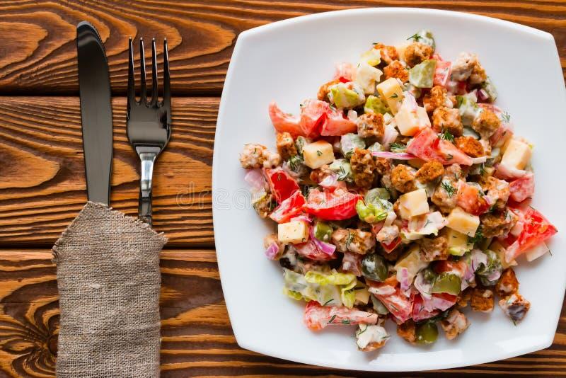 菜沙拉用在白色板材的蛋黄酱 免版税图库摄影