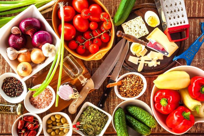 菜沙拉的准备用乳酪 饮食健康食品 夏天沙拉用蕃茄和胡椒 r 库存图片