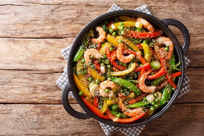 菜混乱油炸物用虾和芝麻特写镜头在煎锅 E 库存照片