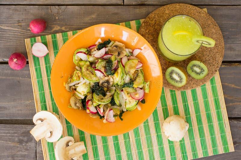 菜温暖的沙拉用夏南瓜、蘑菇和萝卜 免版税库存图片
