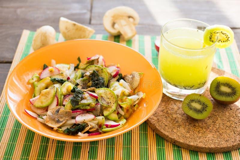 菜温暖的沙拉用夏南瓜、蘑菇和萝卜 免版税库存照片