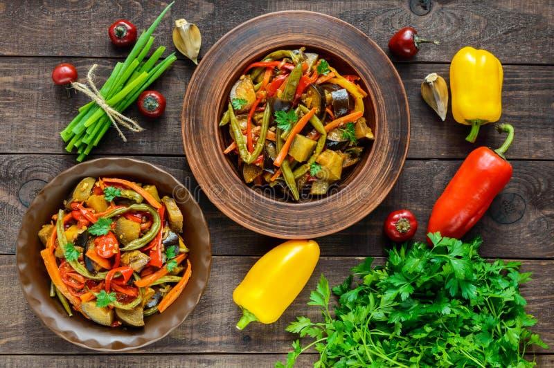 菜炖煮的食物沙拉:甜椒,茄子,芦笋豆,大蒜,红萝卜,韭葱 库存图片
