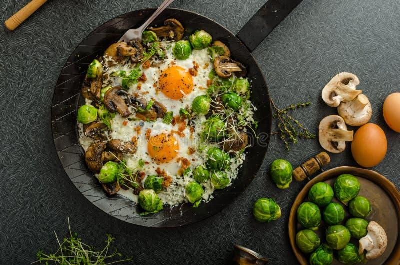 菜煎蛋卷用靶心鸡蛋和新芽 免版税图库摄影