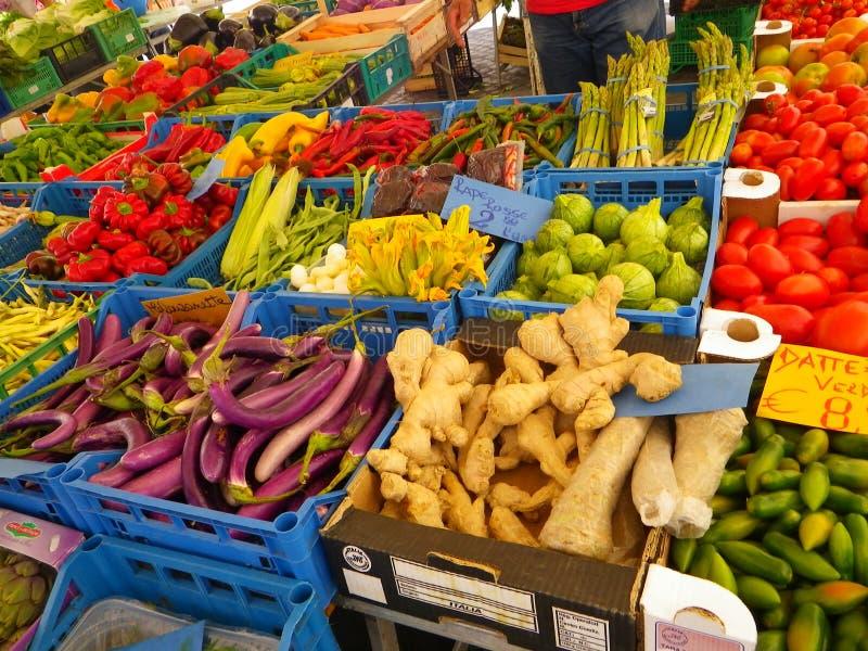 菜立场在传统市场上在索伦托,意大利 免版税库存图片