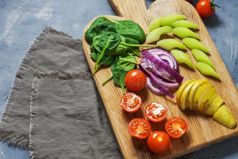 菜素食分类 各种各样的菜切开了成片断 免版税库存照片