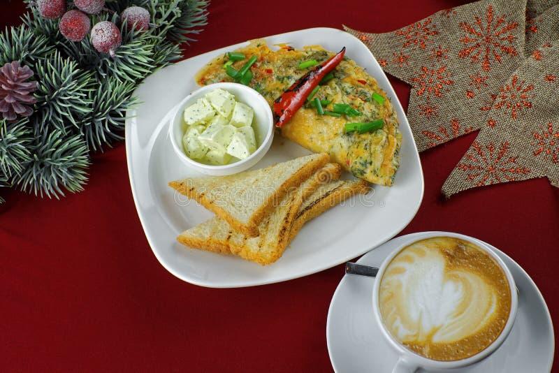 菜肉馅煎蛋饼用辣椒和咖啡 免版税库存照片